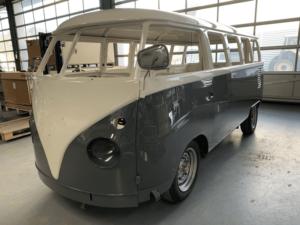 Frisch lackierter VW-Bus